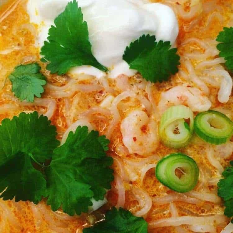 Thaisoppa med räkor och spaghetti.