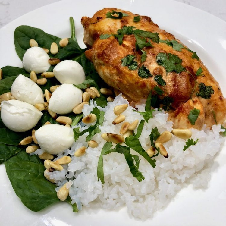 Kyckling, shirataki ris, tomater, sallad, koreander