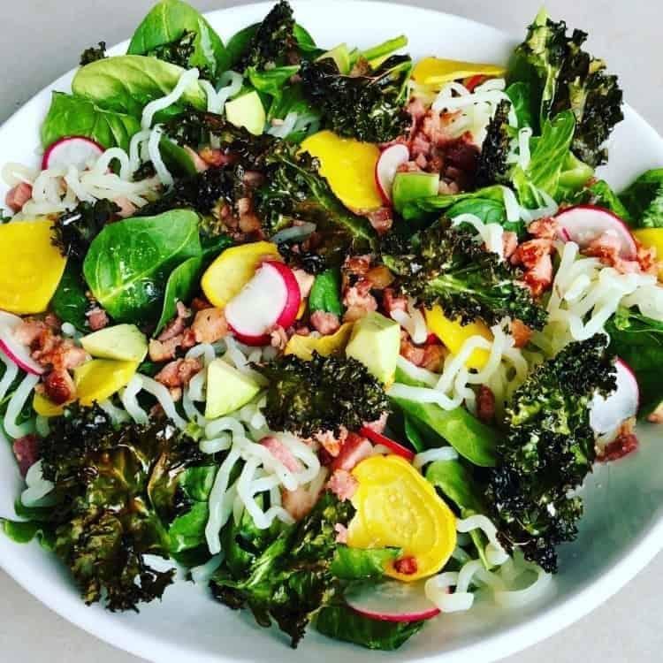 LowCarb nudlar, avocado,grönkål, spenat, romansallad, bacon, rädisor, gulbetor