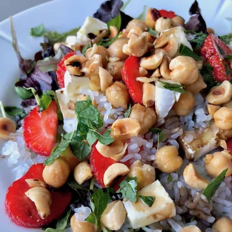 Sallad,Ris,kikärter,jordgubbar,mynta,brie,hasselnötter