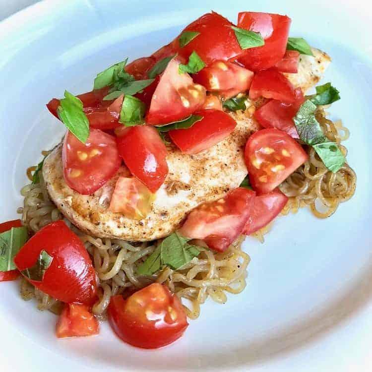 Shirataki spaghetti, kyckling, tomater, vitlök, basilika