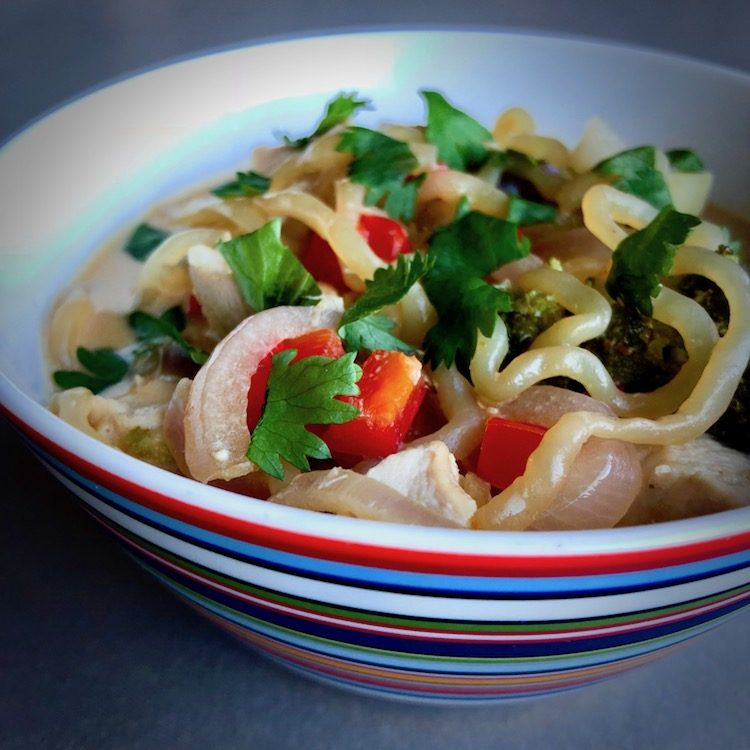 Shirataki nudlar, kyckling, paprika, chili, koriander, ingefära, tamari sås, rödlök