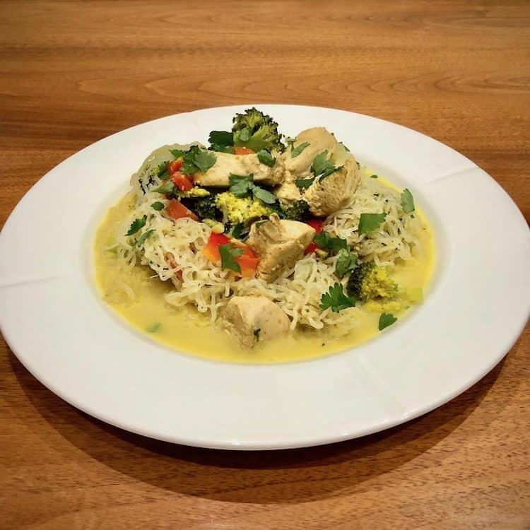 Shirataki spaghetti, kycklingfilé, broccoli, paprika, morötter, kokosmjölk, karry